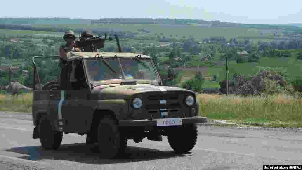 Військовий автомобіль з кулеметом проїджає блокпост, 10 червня 2014 року