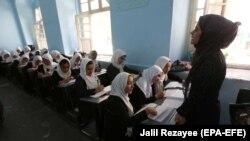 آرشیف، دختران دانش آموز در یکی از مکاتب ولایت هرات
