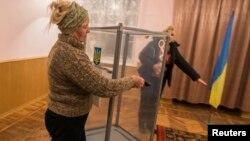 Сайлау учаскесіндегі дайындық. Новотроицкое селосы, Донецк облысы, 23 қазан 2014 жыл.