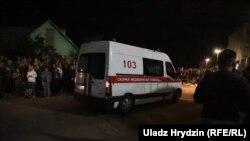 Автомобиль скорой помощи возле собравшихся у СИЗО в Минске. 14 августа 2020 года.