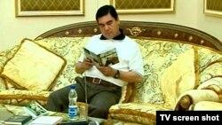 2007-nji ýylda häkimiýet başyna geçen Gurbanguly Berdimuhamedowa bagyşlanan ýa-da onuň awtorlygynda çykan kitaplaryň sany 20-den aşdy.