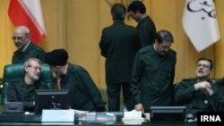 علی لاریجانی (چپ، نشسته) با لباس سپاهی