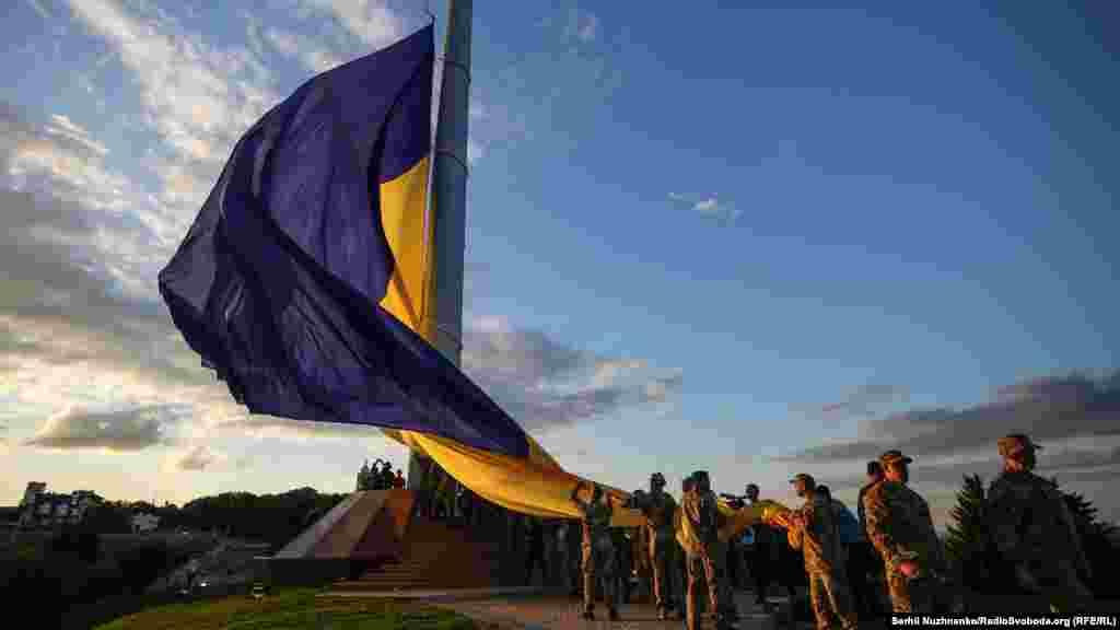 Сооружение флагштока установили на территории Мемориального комплекса «Национальный музей истории Украины во Второй мировой войне», возле «Родины-матери»