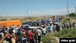 Жители Хуросонского района перекрыли движение на трассе Бохтар-Душанбе, 17 мая 2020 года