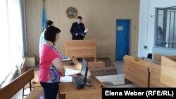 Судья Талгат Елеуов зачитывает приговор по делу о похищении ребенка. Темиртау, 29 июня 2017 года.