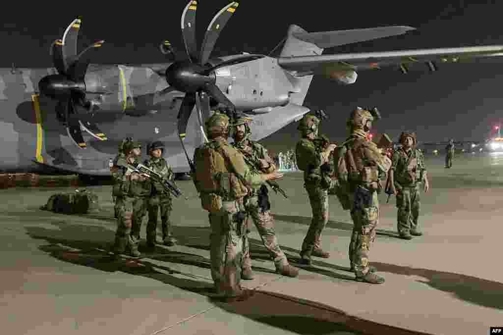 Френски войници охраняват военен самолет на летището в Кабул. Те са пристигнали, за да подпомогнат евакуацията на французи и афганистанци, работили с тях, след като талибаните превзеха страната.