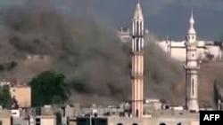 Горящая мечеть недалеко от Хомса, Сирия. 2 июля 2012 г