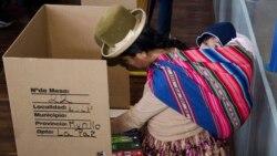 Представительница коренного населения голосует на выборах. Ла-Пас, 12 октября 2014 года
