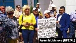 Гражданская активистка Санавар Закирова (вторая слева) на собрании у стен администрации президента Казахстана 9 июля 2019 года.