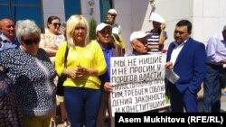 Гражданская активистка Санавар Закирова (вторая слева) и группа граждан, несогласных с судебными решениями в отношении них или их родственников, у стен администрации президента Казахстана. Нур-Султан, 9 июля 2019 года.