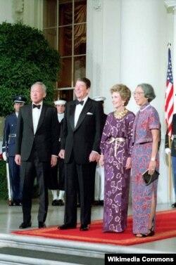 ABŞ - Amerika prezidenti Reagan (soldan ikinci) və Sinqapurun baş naziri Lee Kuan Yew (solda), 1985