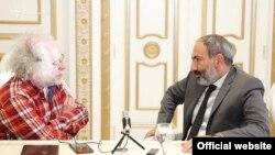 Նիկոլ Փաշինյանը զրուցում է «Էխո Մոսկվի»-ի խմբագիր Ալեքսեյ Վենեդիկտովի հետ, լուսանկարը՝ ԷՄ ռադիոկայանի պաշտոնական կայքէջի