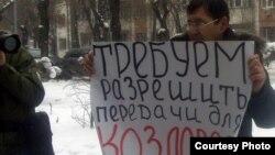 Алматыдағы ҰҚК департаменті алдында пикет өткізіп тұрған Ерлан Қалиев. Алматы, 16 ақпан 2012 жыл.