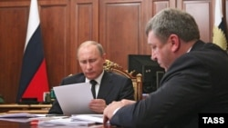 Президент Владимир Путин и министр регионального развития Игорь Слюняев, февраль 2013 года