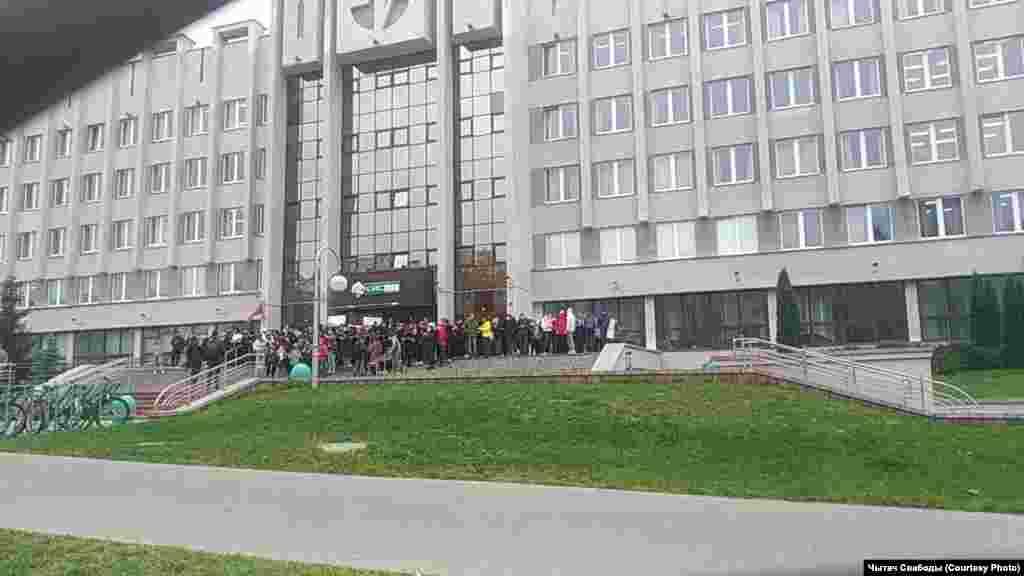 Студенты возле крыльца БГУИР