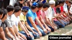 Верующие читают намаз. Иллюстративное фото.