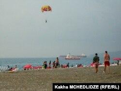 Туристы на Черноморском побережье. Иллюстративное фото.