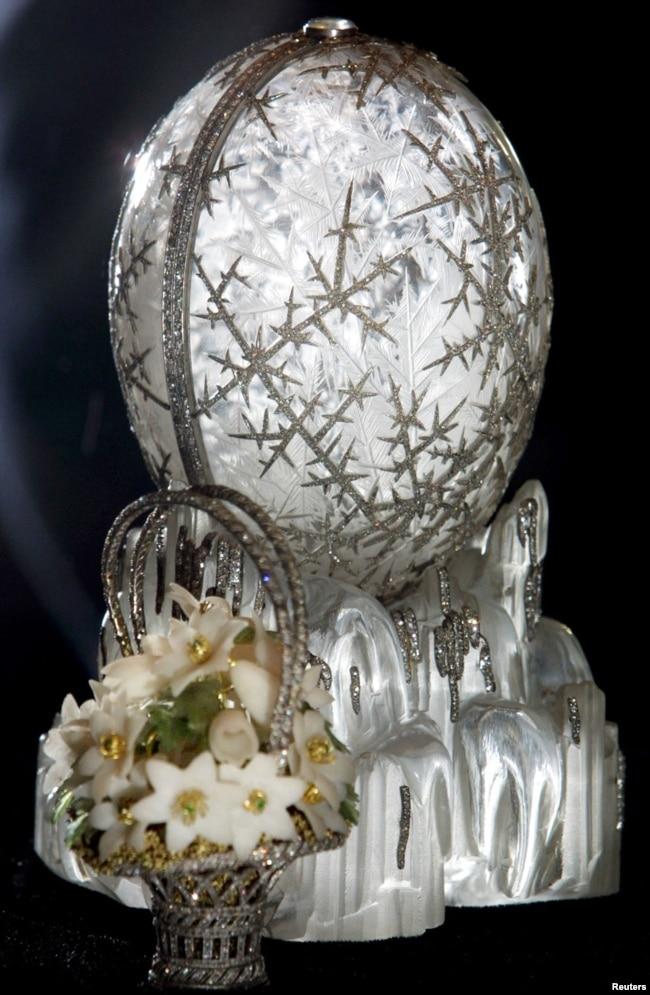 """В последующие три десятилетия Карл Фаберже создал еще 49 яиц для русских царей. Яйцо """"Зимнее"""" стало одной из известнейших его работ. Оно изготовлено из горного хрусталя, оформленного в виде тающегольда, с ручьями из платины и алмазов. Яйцо высотой 14 сантиметров раскрывается, внутри него – платиновая корзинка с букетом подснежников."""