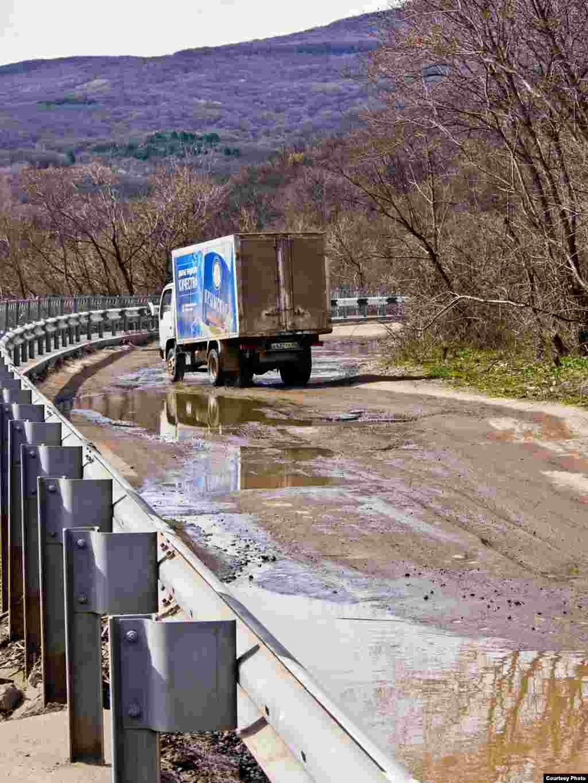 После аннексии Крыма Россией подконтрольные Кремлю местные власти взялись закончить реконструкцию дороги.