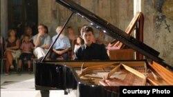 Дино Имери, пијанист.