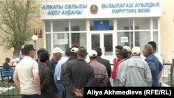 Жители села Кызылагаш собрались высказать свои требования возле здания местного акимата. Алматинская область, 23 апреля 2011 года.