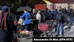 Իտալիա - Պարենային խանութի մոտ հերթ Հռոմում, մարտ,, 2020թ.