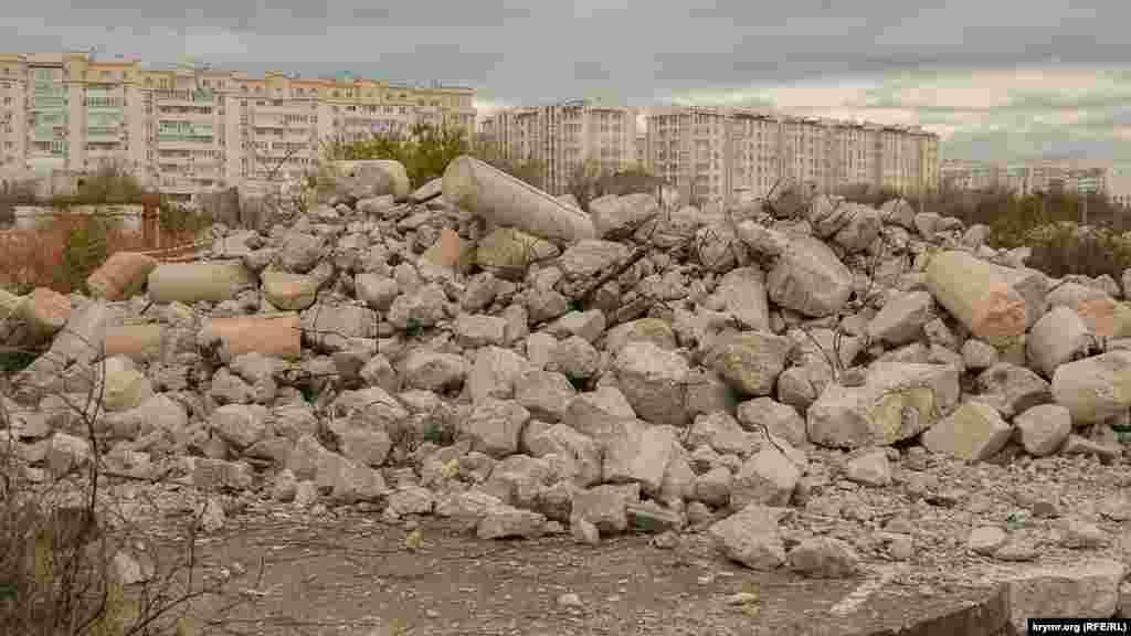 Свалка строительного мусора и отходов от разрушенного недостроя на пляже