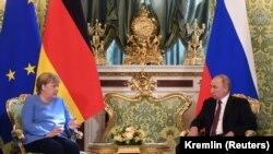 Kancelarja gjermane, Angela Merkel dhe presidenti rus, Vladimir Putin gjatë nisjes së takimit në Moskë më 20 gusht 2021.