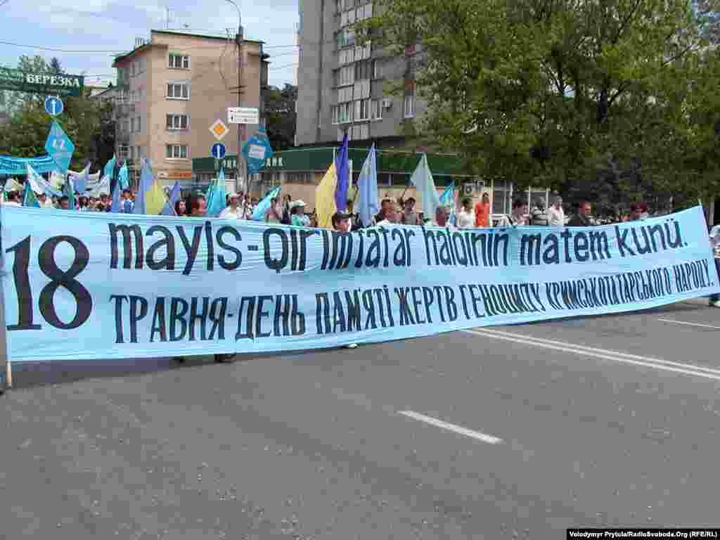 Рік 2007-й, Сімферополь, вулиця Кірова. Перед жалобним мітингом на площі проходить хода центральними вулицями міста. Зазвичай, і міліція, і городяни з розумінням ставилися до перекриття вулиць