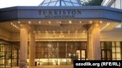 У резиденции «Туркистон».