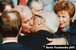 Последние объятия. Михаил Горбачев прибыл с визитом в Берлин к Эриху Хонеккеру 6 октября 1989 года. Через 12 дней протесты вынудят Хонеккера уйти в отставку