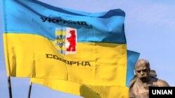Прапори біля пам'ятника Тарасу Шевченку під час Маршу національної єдності до Дня захисника України. Ужгород, 14 жовтня 2017 року