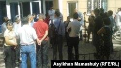 Сот залынан шыққан Жарылқап Қалыбай сұқбат беріп тұр. Алматы, 30 шілде 2014 жыл.