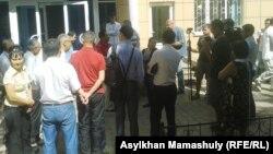 Главный редактор журнала «Аныз адам» Жарылкап Калыбай (в центре) дает интервью после вынесения приговора по номеру журнала с противоречивыми публикациями о Гитлере. Алматы, 30 июля 2014 года.