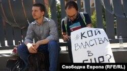 Протестиращи пред БНР по време на профилактиката на ефира в петък