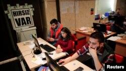 Arxiv fotosu: Müxalifət partiyası Cümhuriyyət Xalq Partiyasının qərargahında seçkilərlə bağlı məlumatların monitorinqini aparan könüllülər, 1 aprel 2014