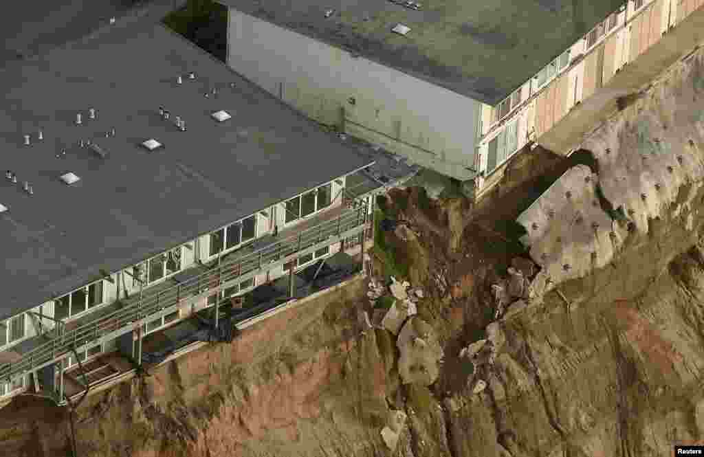 Uninhabitable apartments, in danger of collapsing into the Pacific Ocean, line Esplanade Avenue in Pacifica, California. The city has marked three apartment complexes uninhabitable as El Nino storm erosion eats away at the coastal bluff beneath them. (Reuters/Noah Berger)