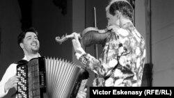 Gilles Apap cu acordeonistul bosniac Srdjan Vukasinovic, în concert la Kronberg