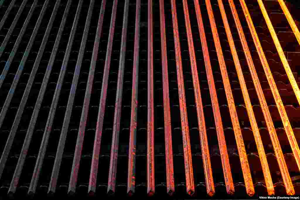Охлаждение стальных изделий на заводе в Лабеди, Польша. «В следующем месяце я собираюсь снимать завод в Сербии. Добивался разрешения на съемку восемь лет», - говорит Маха.