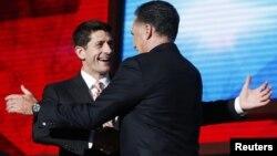 Міт Ромні і Пол Раян (зьлева) віншуюць адзін аднаго на зьезьдзе партыі