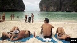 Turisti na čuvenoj plaži otoka Fi Fi Leh