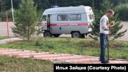 """""""Скорая"""" увозит пациента """"Здоровой страны"""""""