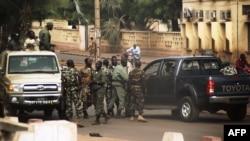 Солдаты на одной из улиц столицы Мали. Бамако, 21 марта 2012 года.