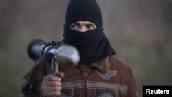 Армия күштеріне қарсы соғысып жүрген сириялық көтерілісшінің бірі. Кусайр, 8 қаңтар 2012 жыл