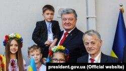 Ukraina prezidenti Petro Poroşenko (sağdan ekinci) ve qırımtatarlarnıñ lideri Mustafa Cemilev (sağdan)