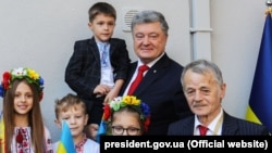 Президент Украины Петр Порошенко (второй справа) и лидер крымских татар Мустафа Джемилев (справа)