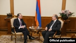 Встреча президента Армении Армена Саркисяна (справа) с министром иностранных дел Зограбом Мнацаканяном, Ереван, 10 декабря 2019 г.