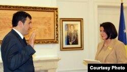 Binak Vishaj duke bërë betimin para presidentes Jahjaga.
