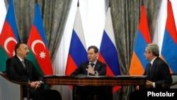 Россия - Президент России Дмитрий Медведев (в центре) на встрече президентов Азербайджана и Армении - Ильхама Алиева (слева) и Сержа Саргсяна, Сочи, 5 марта 2011 г.