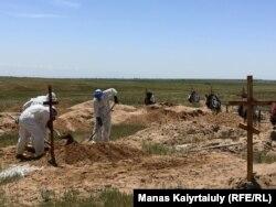 На кладбище для умерших от коронавируса. Алматинская область, 25 мая 2020 года.